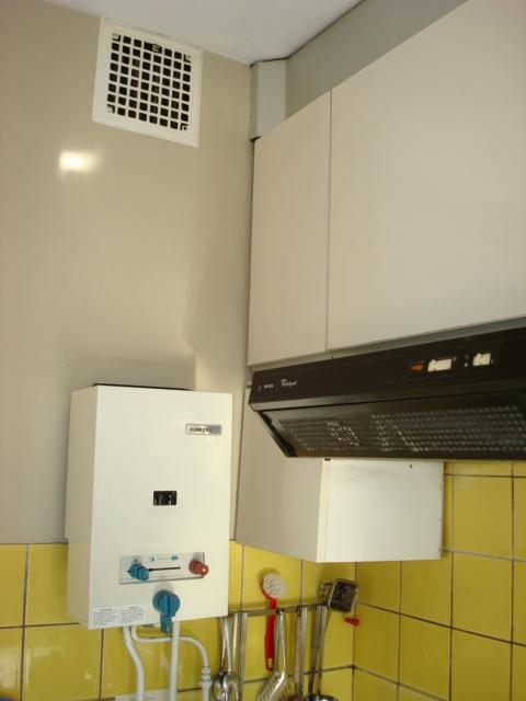 De hoge opening voor de evacuatie van verbrandingsgassen moet bij het plafond geplaatst zijn en ook een niet afsluitbare opening van minstens 150 cm2 hebben.