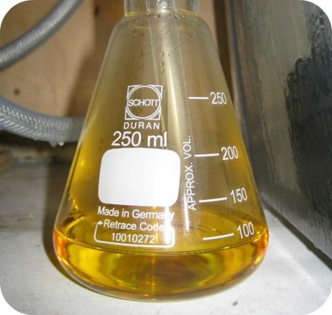 Salpeterzuur is een sterk zuur, irriterend of corrosief (bijtend), afhankelijk van zijn concentratie.