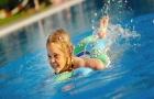 Een frisse duik in het zwembad is zeker een goed idee, maar wees voorzichtig met producten om het zwembadwater te behandelen.