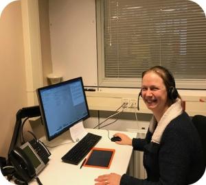 Eén van Nederlandse collega's in actie aan de telefonische permanentie.