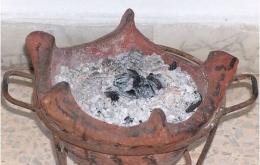 Er zijn al verschillende intoxicaties beschreven door mensen die potjes brandende houtskool in de slaapkamer gezet hadden om de kou te breken. Smeulende houtskool produceert zeer veel CO en deze praktijk is levensgevaarlijk!