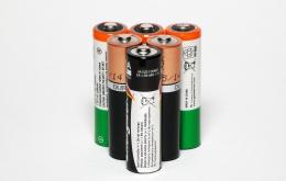 Bij contact met vloeistof of poeder van een lekkende batterij dient men onmiddellijk te spoelen met stromend water.