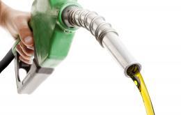 Het inslikken van een kleine hoeveelheid petroleumproduct zoals benzine of diesel is niet zo ernstig.