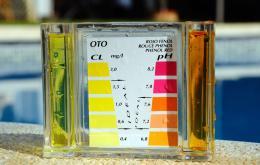 Voeg altijd de hoeveelheden toe zoals aangeraden op de verpakking of door de verkoper. Er bestaan ook kits om de waterkwaliteit te testen.