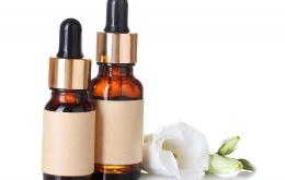 Flesjes essentiële oliën lijken vaak op flesjes van medicijnen zoals bijvoorbeeld oogdruppels.