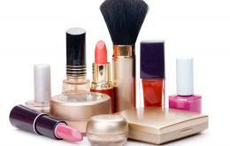 Cosmetica zijn globaal genomen niet zo gevaarlijk. Maar sommige cosmetische producten bevatten alcohol, wat gevaarlijk kan zijn voor kinderen.
