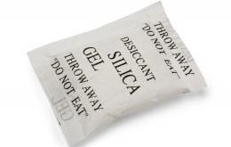 Silicagel zakjes worden onder andere gebruikt in schoendozen om vocht te absorberen.
