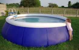 Om het water van een zwembad te ontsmetten worden oplossingen van natriumhypochloriet gebruikt of tabletten of korrels op basis van dichloroisocyanuraat.