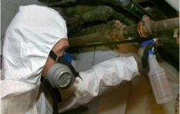 Het is aan te raden om verdachte materialen te beschouwen als asbesthoudend tot het tegendeel bewezen is.
