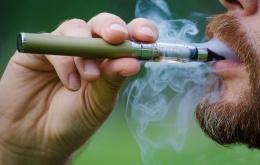 Een elektronische sigaret (of e-sigaret) werkt op de elektriciteit van een batterij om de handeling van roken te simuleren. Er is geen verbranding.